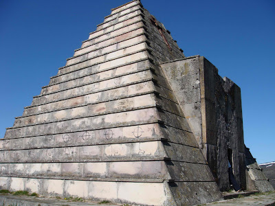 Piramide funeraria del Puerto del Escudo pyramid-shaped tomb guerra civil war italianos italians