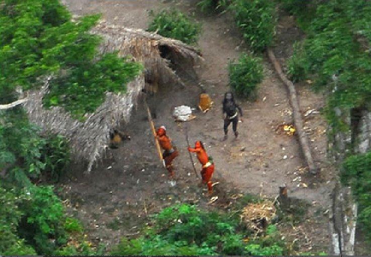 Découverte en Amazonie une tribu vivant encore àl'âgedelapierre, sans aucun contact moderne.