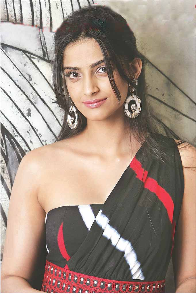 new wallpapers of sonam kapoor. Actress Sonam Kapoor latest