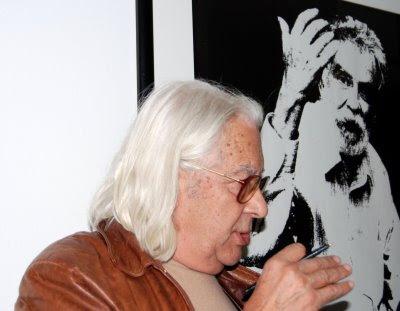 Casimiro de Brito junto a uma ilustração de Ramos Rosa, Faro, Novembro 2008, © António Baeta Oliveira