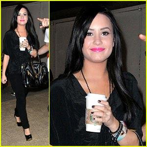 Demi Lovato  on Demi Lovato Foi Clicada Com Seu Caf   Nos Estudios Da Mtv Dos Eua Em