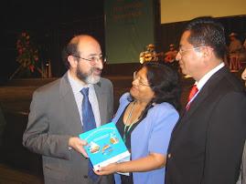 """""""MITOS Y LEYENDAS DEL AGUA EN EL PERU"""" ENTREGADO A MINISTRO"""