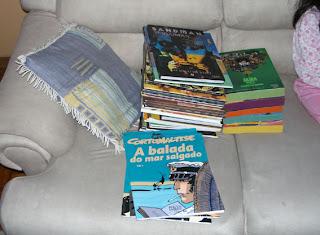 Até o sofá foi usado para eu espalhar os livros