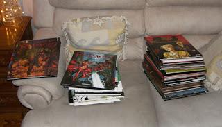 E tome livros no sofá
