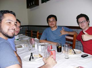 Aqui a Ala Jovem do UHQ: Mário (de barba), Roger (escondido), Navarro e Guilherme (de vermelho); todos tomaram só refrigerante e foram liberados para ir para casa às 22 horas. Mas antes ligamos para as mães deles! :-D