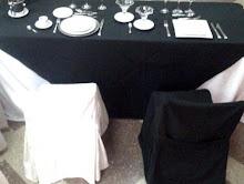 Tendencia Blanco y Negro. Tablón con cballete de 2.10 mts.con Mantel Blanco y Cubre Mantel Negro.