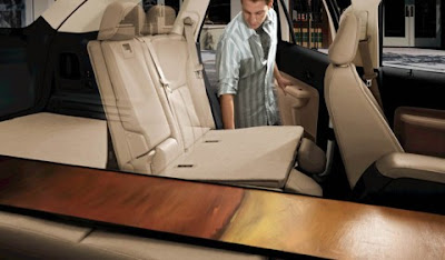 Foto mostra as dimensões do interior do veículo.