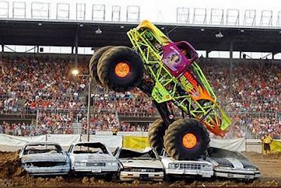 Truck passando por cima de outros carros