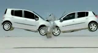 e a colisão frontal dos dois Renault em pleno ar.