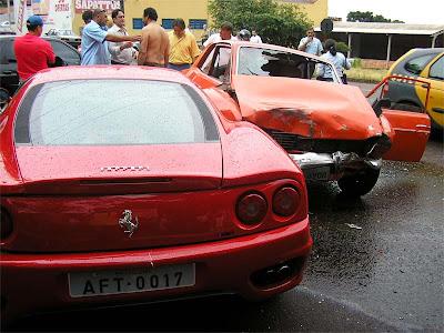 Ford Corcel ano 1970 colide com Ferrari