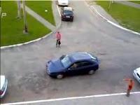 mujer aparcando