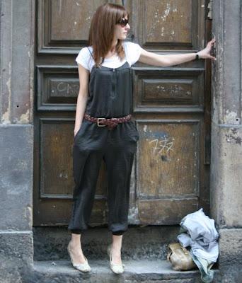El mono es de Zara, la camista de Pepe y el cinturón de H&M . Las