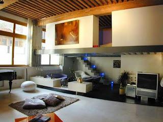 mezzanine moderna numa casa moderna.