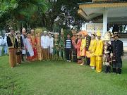 Be2rapa siswa TGB mengikuti kegiatan peduli dengan adat indonesia