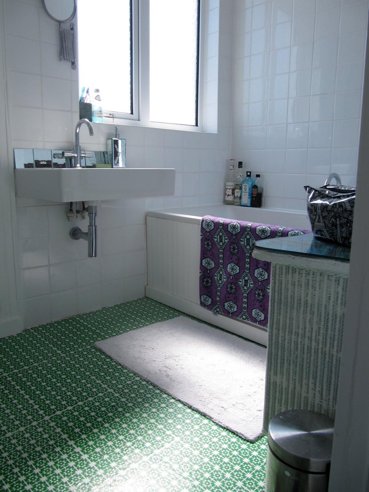 how to stop waterflow on bathroom floor