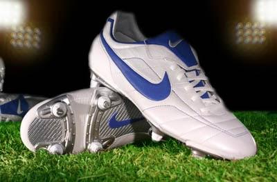 Bona Setiaji: 10 Sepatu Bola Terbaik di Dunia