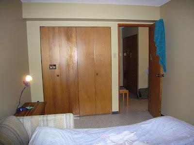 Kuva makuuhuoneestamme, ovesta pilkahtaa eteisenkin kaapit