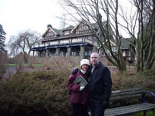 Päivi ja Miika Deer Lake -puistossa, taustalla Shadboldtin taidemuseo