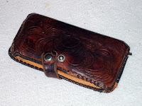 Alunperin vaaleanruskeaa nahkaa ollut aaltoilevalla kuvioinnilla varustettu lompakko