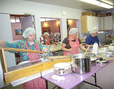 Ahkerien käsien kera pastakoneesta kehitetty piirakankuorienvalmistuslaite.