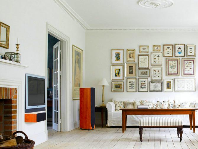 Интерьер с фотографиями на стене
