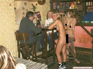 Bar diferente ou garçonete esquecida ou garçonete nua ou pelada