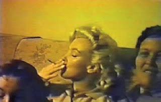 Marilyn Monroe fumando maconha