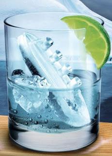 Kit para reproduzir acidente do Titanic no copo de bebida