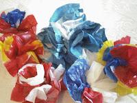 Artesania reciclada: Flores de bolsas plásticas para decorar pizarrones en la Escuela.