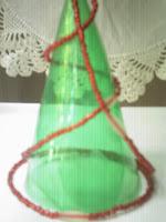 Arbolito de navidad con botellas plásticas.