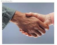 duas mãos em ato de cumprimento
