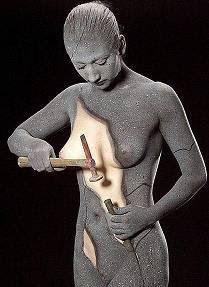mulher com ferramentas se auto-esculpindo