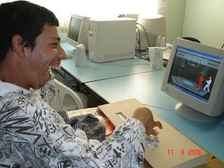 Luciano, paralisado cerebral, utilizando o computador