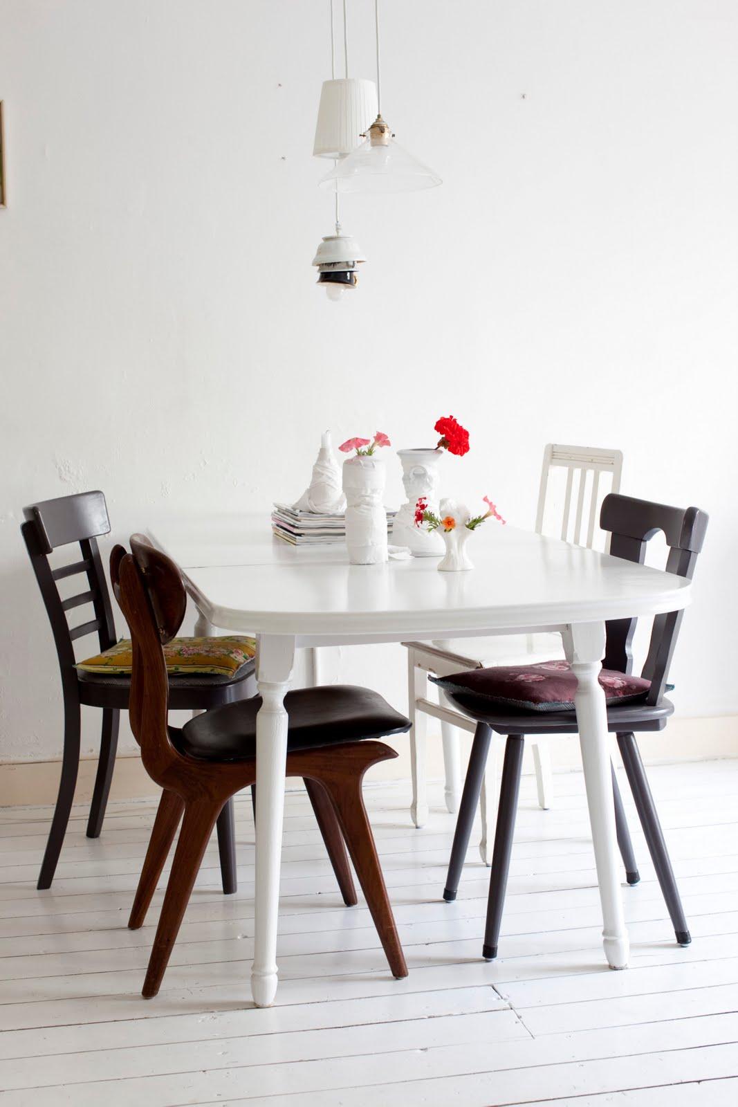 des chaises d�pareill�es dans la salle � manger | une