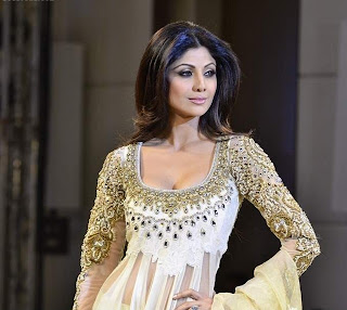 shilpa shetty at manish malhotra s mijwan fashion show. Black Bedroom Furniture Sets. Home Design Ideas
