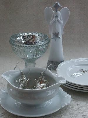 Hvit engel, glassprismer og skål i sølv