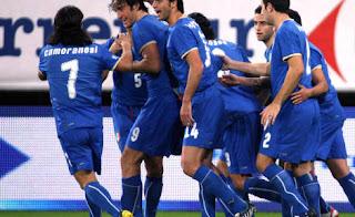 Los jugadores italianos celebrando el gol de Toni