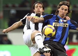 Legrottaglie e Ibrahimovic luchando por un balón