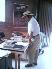 En Carcasí -Santander, la Comunidad acude a la Biblioteca Pública.