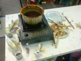 Bahan campuran lilin dipanaskan sehingga cair