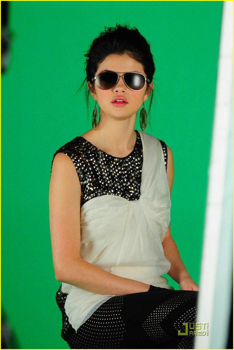 صور سيلينا  Selena-gomez-naturally-music-video-06