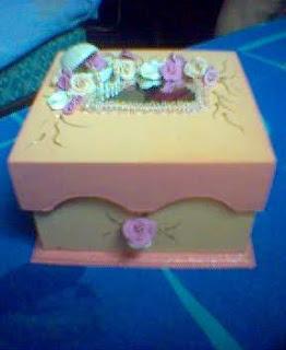Caixa de bijuterias enfeitada com biscuit.