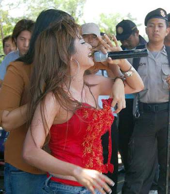 Dewi Persik Kemben Melorot
