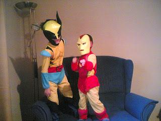 Dos niños disfrazados uno de lobezno y otro de hombre de hierro