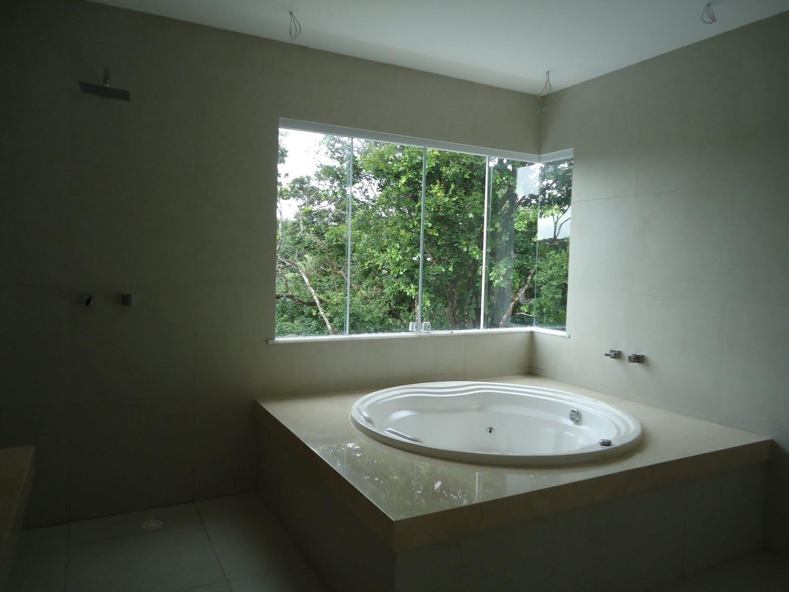 bancada da pia e banheira em granito crema marfim banheira de hidro  #5C694E 1600x1200 Banheiro Com Banheira E Tv