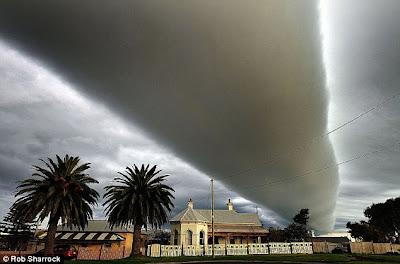 เมฆ แปลก ประหลาด เป็น แท่งมหึมา ( roll cloud )