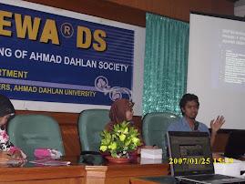 Memberi Ceramah pada diskusi di UAD