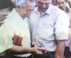 Dato' Dr Yusuf Nor sedang meneliti hasil kerja tangan sdr. Hairi