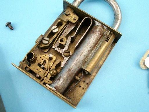IMAGE(http://1.bp.blogspot.com/_1l-7rUoBD8Y/SpqDsVbbjeI/AAAAAAAAG60/BaKRLZ55fjw/s1600/pistola-candado-2.jpg)