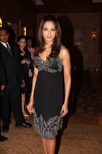 bipasha basudino morea at et retail awards hot photoshoot